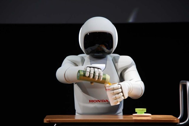 Honda-ASIMO-pouring-drink_0